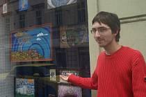 Jeden z organizátorů projektu Street Gallery ukazuje výklad v Solní ulici
