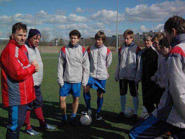 Trenér Viktorie Plzeň U19 Karel Krejčí udílí pokyny při včerejším tréninku svého týmu na stadionu Josefa Žaloudka ve Skvrňanech. Zítra jeho svěřenci otevřou  druhou část sezony  domácím zápasem proti Zlínu