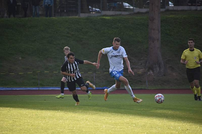 Autor prvního gólu Dušan Pinc uniká obraně pražské Admiry.