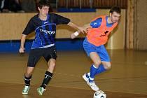 Michal Holý z Indossu Plzeň (vlevo) a teplický Michal Salák bojují o míč v utkání druhé ligy skupiny Západ. Futsalisté Indossu porazili na domácí palubovce Teplice vysoko 7:2 a vyhoupli se do čela tabulky