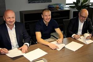 Podpis smlouvy s Adamem Hlouškem (uprostřed).