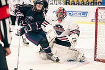 Velkou oporou  evropského výběru univerzitních hokejistů byl brankář Porubský, který na snímku likviduje šanci jednoho z amerických hráčů.
