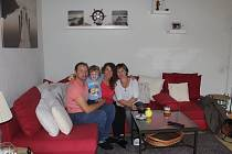 Rodina zemřelé ženy. Zprava na snímku zdravotní sestřička a spoluzakladatelka hospicu v Plzni Vendulka Beránková, vedle ní dcera zemřelé matky Petra Světlíková spolu se svým synem a manželem.