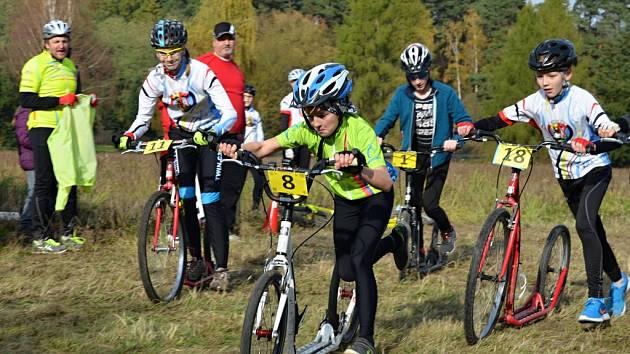 Kategorii smíšených týmů vyhráli Matěj (v popředí fotografie se soutěžním číslem osm) a Václav Junovi. Za půl hodiny zvládli dohromady ujet devět kol.
