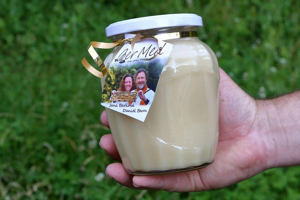 37 – Med pastovaný vzniká mícháním medu v počátku krystalizace, kdy se vytvoří tak malé krystalky, že jeho konzistence zůstane krémová. Tento typ medu již neztuhne.