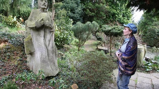 Plzeňská Meditační zahrada s Památníkem obětem zla ve středu otevřela své brány