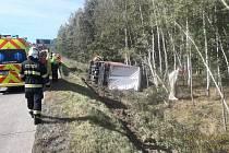 Na dálnici D5 došlo v pátek odpoledne k dopravní nehodě při níž skončil kamion převážející elektroniku v příkopu a převrátil se na bok.