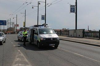 Na mostě Milénia v Plzni srazil automobil muže a čtyřleté dítě.