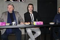 THOMAS WEINHAPPEL (vpravo) a Martin Otava představují plzeňské nastudování opery Hamlet.
