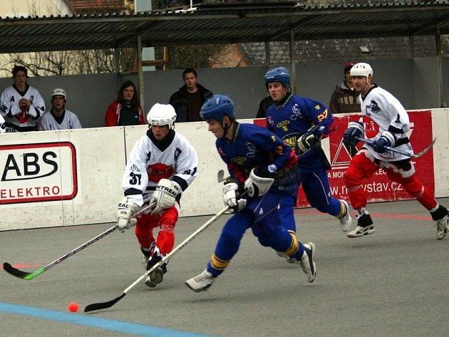 Hokejbalisté Dobřan (v bílém) vybojovali si na závěr podzimní části extraligy cenné vítězství. Na hřišti Habešovny vyhráli 3:2.