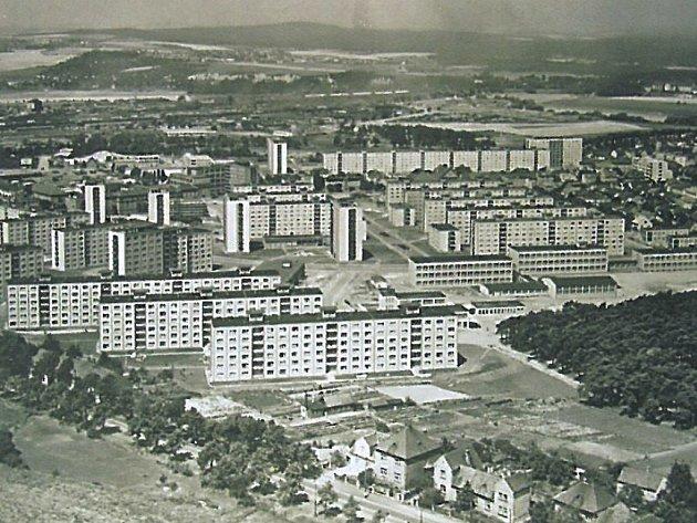 Téměř dokončená centrální část sídliště na leteckém snímku z roku 1967. V popředí Rokycanská třída