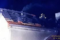 Požár střechy rodinného domu v Plzni - Pecihrádku.