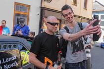 Návštěvník Rallye Šumava Klatovy si fotil před pátečním startem na klatovském náměstí selfie se zpěvákem a jedním ze závodníků Danem Landou.