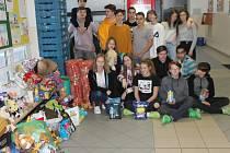 Velkou kopu hmotných darů a k tomu i hotovost, vybrali děti pro psí útulek v Borovně.