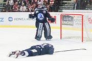 Semifinále play off hokejové extraligy - 5. zápas: HC Oceláři Třinec - HC Škoda Plzeň, 11. dubna 2019 v Třinci. Na snímku (dole) Lukáš Pulpán, brankář Plzně Dominik Frodl.