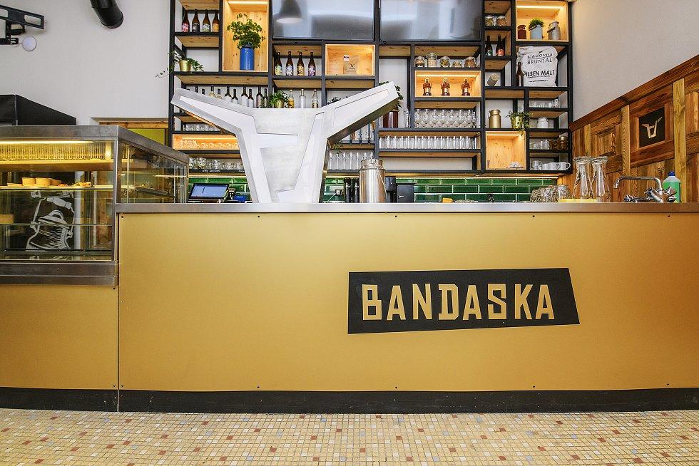 Z nově otevřeného pivního bistra v Riegrově ulici v Plzni si lidé odnesou pivo v nerezových vratných bandaskách. Podnik se otevřel minulý čtvrtek na apríla.