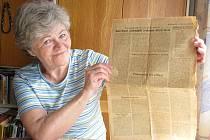 Vlasta Bělová s výtiskem novin z července 1945, který popisuje, jak jí Američané zachránili život prvním penicilinem