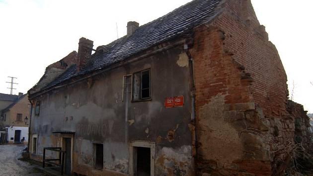 Dům v Úzké ulici v Plzni na Roudné poškodily povodně. Zřícení zatím nehrozí, ale jeho stav je špatný