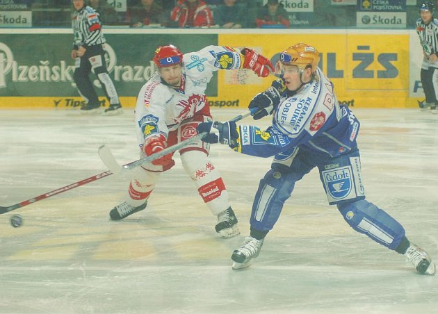 Po sedmizápasové pauze se hokejisté Lasselsbergeru (v modrém) dočkali výhry – v pátek rozdrtili  Třinec 7:1.