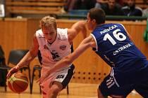 O víkendu sehráli basketbalisté Lokomotivy Interconex dvě utkání skupiny A2 Mattoni NBL. V sobotu  prohráli v Ostravě (na snímku z plzeňského duelu těchto soupeřů v bílém Václav Honomichl) a v neděli v Levicích nestačili na tamější Astrum