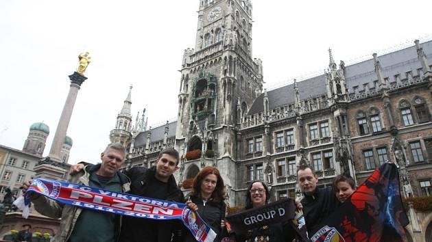 Fanoušci Viktorie Plzeň před mnichovskou starou radnicí