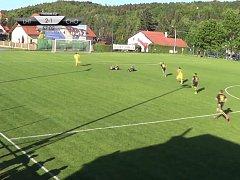 Jan Končal (zcela vlevo) uniká za míčem. Na hřišti zůstali po střetu ležet zranění hráči Lhoty