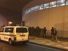 Policisté se snaží uklidnit rozvášněné fanoušky Plzně a Karlových Varů během úterního hokejového zápasu