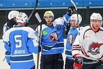 Hokejisté Škody (na snímku se z gólu v přípravě radují zleva Jakub Jeřábek, Mario Bližňák a Ondřej Kratěna) se utkají s Banskou Bystricí.