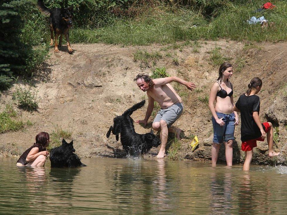 Slečny chytají bronz a kluci dovádějí na nafukovacích lehátkách. Důchodci odpočívají ve stínu stromů u vody, s novinami či knížkou v ruce.  Tak to o uplynulém víkendu vypadalo u plzeňských rybníků a přehrad a bazénů