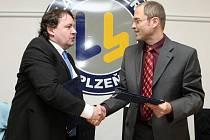 Roman Blažíček, generální  ředitel společnosti Lasselsberger (vpravo), a prezident plzeňského klubu Tomáš Král.