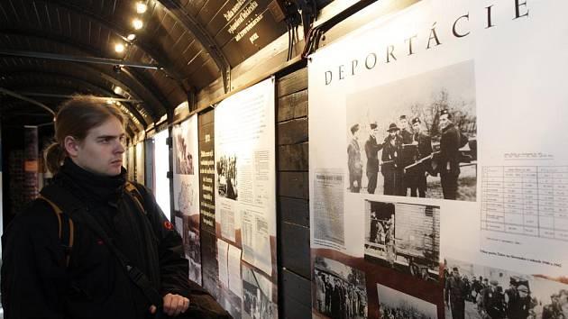 Podmínky, v nichž směřovaly tisíce Židů do koncentračních táborů, můžete na vlastní kůži zakusit ve vagonu, který bude stát až do pátku na hlavním nádraží v Plzni