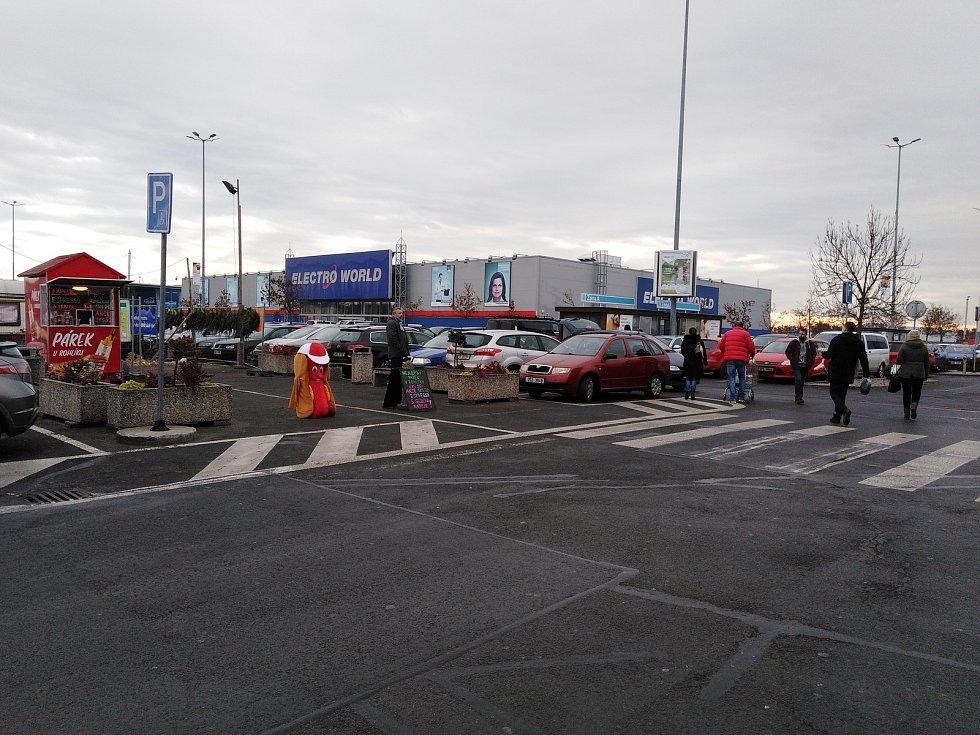 Sobotní nákupní horečka u nákupních center v Plzni a v Klatovech.
