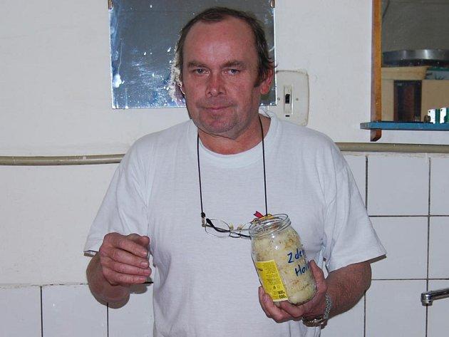 Organizátor akce Jaroslav  Lang připravuje v restaurantu U Zlaté husy v Přešticích nakládané zelí k degustaci do misek, hosté pak vyberou to nejlepší