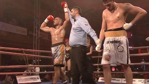 Václav Pejsar (vlevo) emocionálně prožíval vítězství nad Radkem Giessmannem.