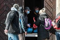 Lidé bez domova dostali řízek i vánočku.