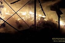 Hasiči likvidovali požár balíků slámy.