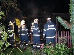 Noční požár chatky v Domažlické ulici v Plzni