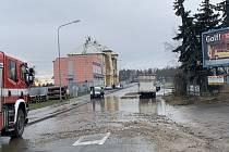 Následky prasklého vodovodního potrubí v Dobřanské ulici v Plzni