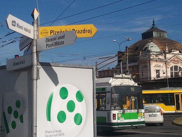 Zdela obráceně. I takhle může vypadat značení, které má turistům pomoci neztratit se v Plzni a nalézt cíl. Na Americké třídě jsou všechny směrovky posunuty o 180 stupňů