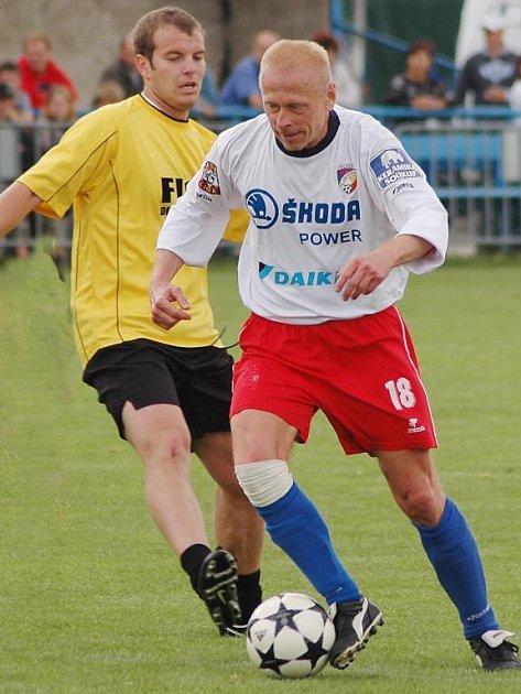 Stará grada Viktorie Plzeň podlehla v přátelském utkání Sokolu Rpety na Berounsku. Dres Viktorie oblékl také Jiří Chvojka (vpravo)