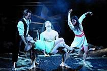 Zkoušky baletu Svěcení jara probíhaly tento týden. Na snímku jsou zachyceni tanečníci (zleva): Miroslav Hradil (Stravinskij), Karolína Beerová (Oběť), Ondřej Martiš (Chór), Jana Schweitzerová (Múza).