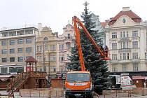 Strojení vánočního stromu na náměstí Republiky v Plzni
