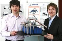 Studenti Fakulty strojní ZČU Michal Zoubek (vlevo) a Petr Ovčička společně s Marcelem Švagrem, Martinem Maškem a Veronikou Vančurovou vytvořili inovativní výsypku, která se bude používat v automobilovém průmyslu.