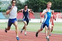 Třiadvacetiletý sprinter AK Škoda Plzeň Petr Szetei (vpravo) vítězí v rozběhu na 100 m na sobotním mistrovství Plzeňského a Karlovarského kraje, které se konalo na dráze Městského stadionu ve Štruncových sadech v Plzni