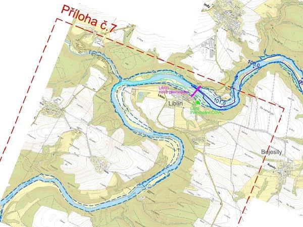 Na snímku je vidět Berounka obtékající Liblín. Přerušované čáry naznačují, kam až by mohla hladina teoreticky vystoupat, kdyby plánovaná přehrada vznikla