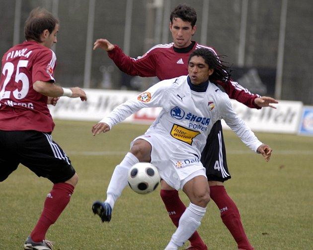 Čtyři noví hráči nastoupí v dresu FC Viktorie Plzeň v utkání proti Burghausenu. Jedním z nich bude i brazilský útočník Rodrigues (v bílém dresu).