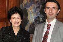Eva Hubatová a Zbyněk Prokop, zástupce Plzeňského domu v Bruselu, při vernisáži výstavy