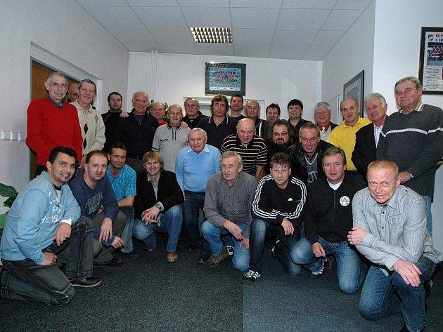 Součástí společenského setkání bývalých fotbalistů FC Viktorie Plzeň bylo také společné focení. Veteráni Viktorie sehráli letos sedmnáct zápasů, z toho patnáct vítězných