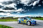 Václav Pech junior s Petrem Uhlem na voze Ford Fiesta R5 do cíle Rallye Český Krumlov kvůli srážce s balíkem slámy nedojeli.