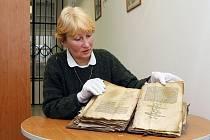 Nejstarší herbář ve sbírce Studijní a vědecké knihovny Plzeňského kraje ukazuje Marie Hálová